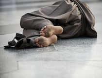 Homme de regroupement sur la rue, émission de pauvreté images stock
