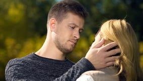 Homme de renversement regardant la femme et touchant son visage, manque d'argent, le chômage images libres de droits