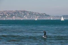 Homme de ressac à San Francisco, la Californie image stock