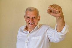 Homme de retraité avec le poing serré dans la victoire Image stock