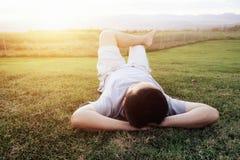 Homme de Rexation sur l'herbe verte Images libres de droits