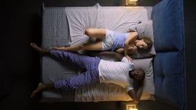 Homme de ronflement et épouse irritée dans le lit banque de vidéos