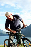 Homme de Shoutinng sur le vélo Photo stock