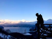 homme de silhouette avec la TA de fron de vue USUZAN SHOWA SHIN ZAN Hokkaido photos libres de droits