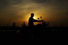 Homme de silhouette avec le vélo Photo stock