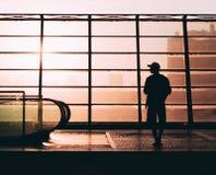 Homme de silhouette de coucher du soleil photo libre de droits