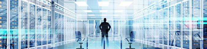 Homme de silhouette dans la base de données de l'information d'ordinateur de serveur principal de chambre de centre de traitement illustration stock