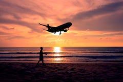 Homme de silhouette marchant sur la plage Photographie stock libre de droits