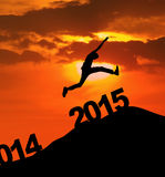 Homme de silhouette sautant par-dessus 2015 Photos stock