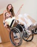 Homme de Smailing sur le fauteuil roulant Photo libre de droits