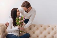 Homme de soin bel donnant un bouquet de fleur Photo libre de droits