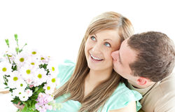 Homme de soin donnant un bouquet à sa amie Photographie stock