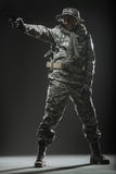 Homme de soldat de forces spéciales avec l'arme à feu sur un fond foncé Photos stock
