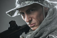 Homme de soldat de forces spéciales avec la mitrailleuse sur un fond foncé Photo libre de droits
