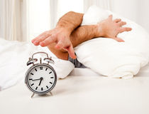 Homme de sommeil troublé par le mornin tôt de réveil Images stock