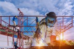Homme de soudeuse de construction de travailleur soudant au site images libres de droits