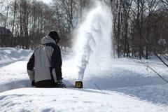 Homme de soufflement de neige Image stock