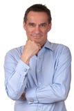 Homme de sourire attirant dans la chemise bleue images libres de droits