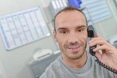 Homme de sourire au téléphone photo stock