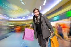 Homme de sourire avec des sacs à provisions Photographie stock libre de droits