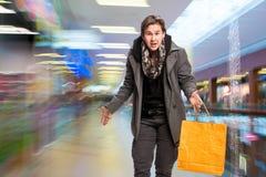 Homme de sourire avec des sacs à provisions Image libre de droits