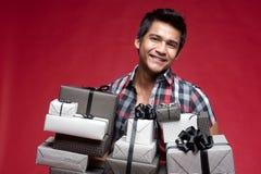 Homme de sourire avec différents cadres de présents photo libre de droits