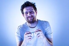 Homme de sourire avec Gamepad Photos libres de droits