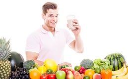 Homme de sourire avec la boisson saine de légume fruit Images stock