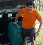 Homme de sourire avec la valise verte photographie stock