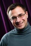 Homme de sourire avec la verticale en verre Photographie stock