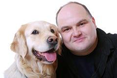 Homme de sourire avec le chien d'arrêt d'or Photo libre de droits