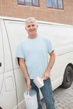 Homme de sourire avec le pinceau et étain en le fourgon Image libre de droits