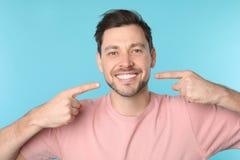 Homme de sourire avec les dents parfaites image libre de droits