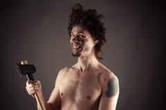 Homme de sourire avec une hache à disposition Image stock