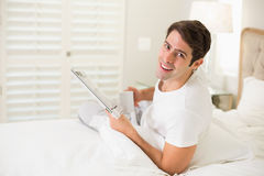 Homme de sourire ayant le café tout en lisant le journal photos stock