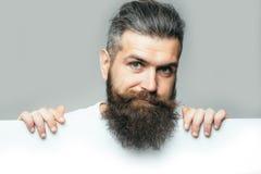 Homme de sourire barbu avec le papier image stock