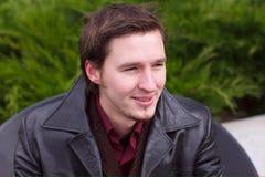 Homme de sourire barbu bel avec la verticale de jupe photos libres de droits