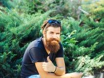 Homme de sourire barbu extérieur images libres de droits