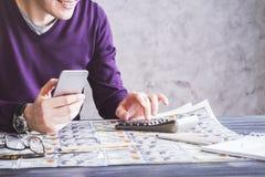 Homme de sourire comptant sur l'argent Photographie stock