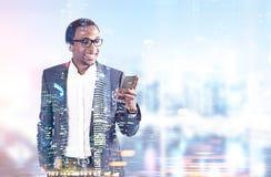Homme de sourire d'Afro-américain, téléphone, bureau municipal Photo libre de droits