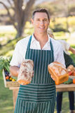 Homme de sourire d'agriculteur tenant des pains Images libres de droits