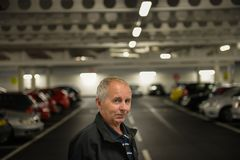 Homme de sourire dans le parking photo stock