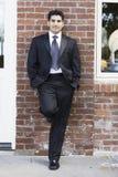 Homme de sourire dans le procès et la relation étroite Photographie stock libre de droits
