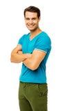 Homme de sourire dans les vêtements sport tenant des bras croisés Image libre de droits