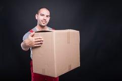 Homme de sourire de moteur tenant la grande boîte en carton Image libre de droits