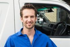 Homme de sourire devant le fourgon de livraison Image libre de droits