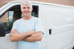 Homme de sourire devant le fourgon de livraison Images libres de droits
