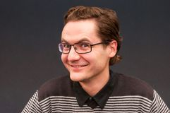 Homme de sourire heureux adroit avec le portrait de lunettes images libres de droits