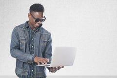 Homme de sourire heureux avec l'ordinateur portable Images libres de droits