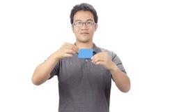 Homme de sourire heureux d'affaires montrant le businesscard vide Image stock